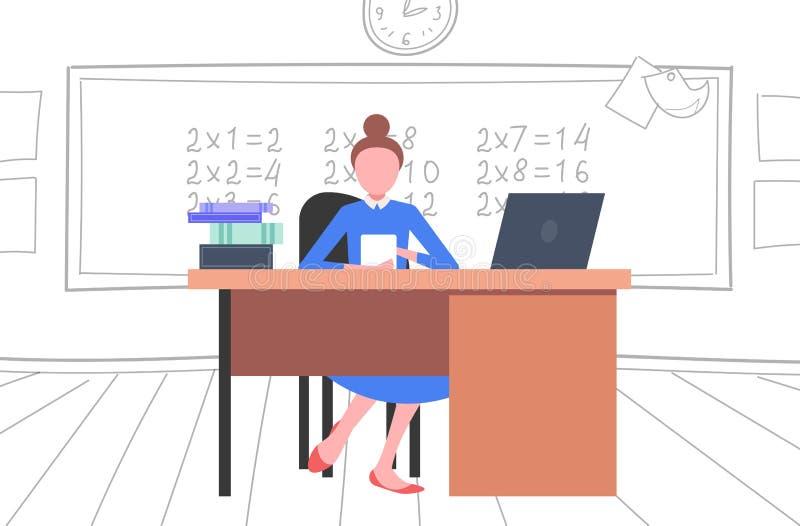 Vrouwelijke leraarszitting bij bureau voor bord die laptop van het het onderwijsconcept van de wiskundeles modern de schoolklaslo royalty-vrije illustratie