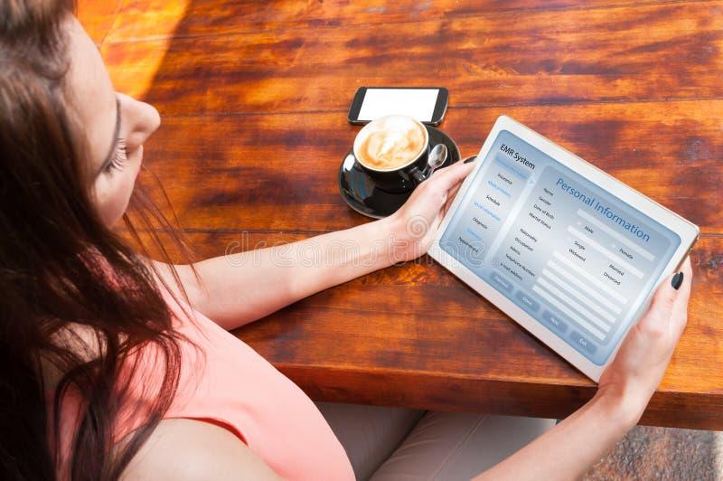 Vrouwelijke lezingslijst met persoonlijke informatie royalty-vrije stock foto