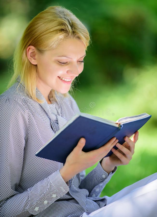Vrouwelijke literatuur Ontspan vrije tijd een hobbyconcept Beste zelfhulpboeken voor vrouwen Boekt elk meisje zou moeten lezen Me royalty-vrije stock foto's