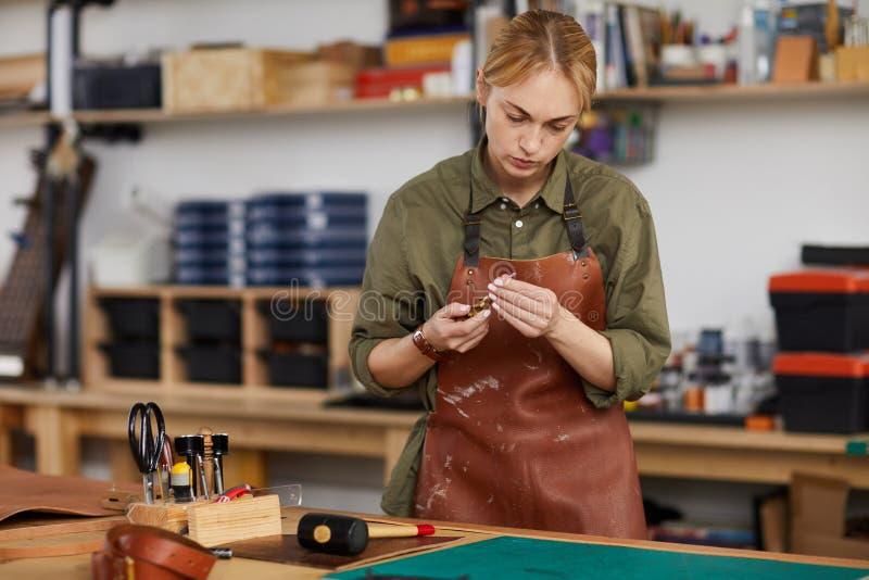 Vrouwelijke Looier in Winkel royalty-vrije stock foto