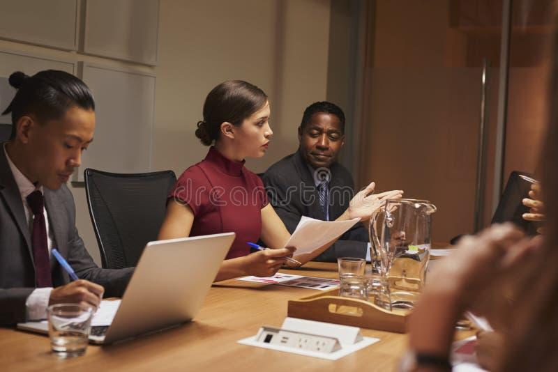 Vrouwelijke manager die team richten op een commerciële vergadering stock foto's