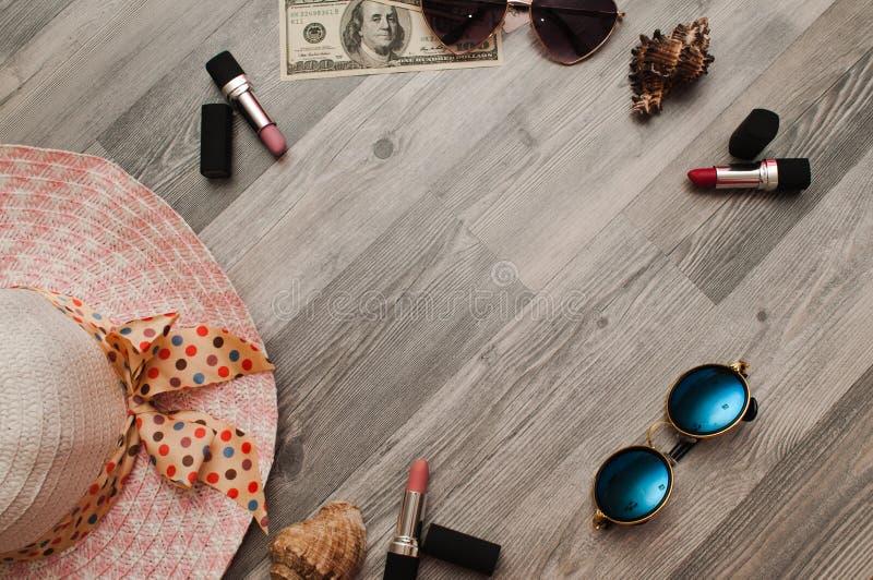 Vrouwelijke manierachtergrond Inhoud van dameshandtas, schoonheidstoebehoren voor make-up royalty-vrije stock afbeelding