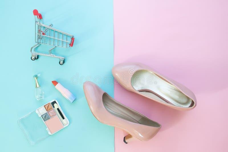 Vrouwelijke manierinzameling met schoenen, schoonheidsmiddelen en het winkelen c stock afbeelding