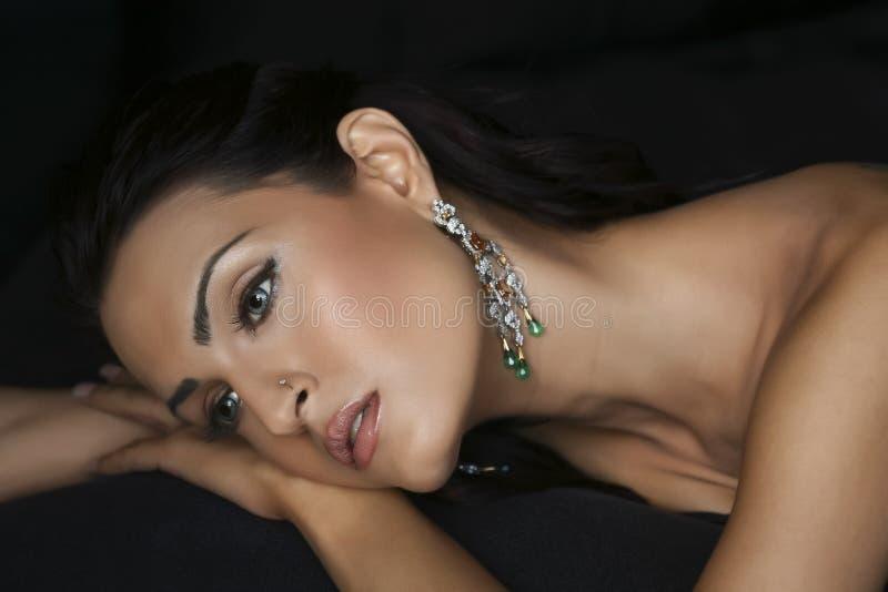 Vrouwelijke mannequin die jewelery draagt stock foto's