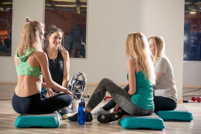 Vrouwelijke mededeling in de gymnastiek stock afbeelding