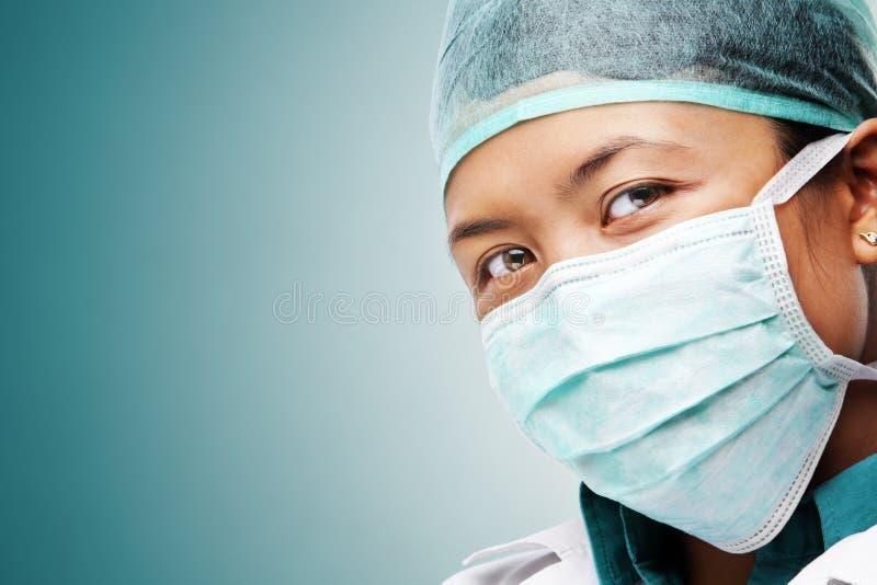 Vrouwelijke medische arbeider die aan camera staart stock foto's