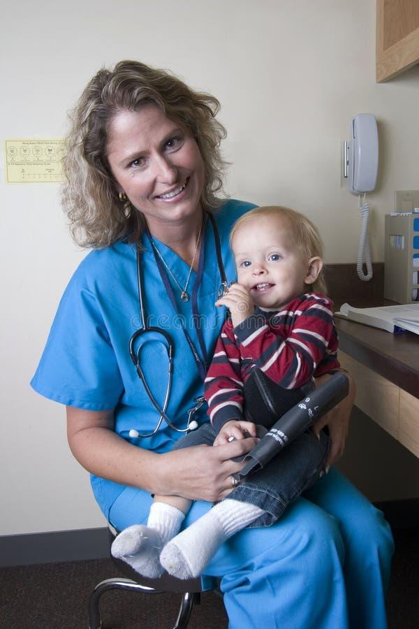 Vrouwelijke medische beroeps met kind royalty-vrije stock fotografie