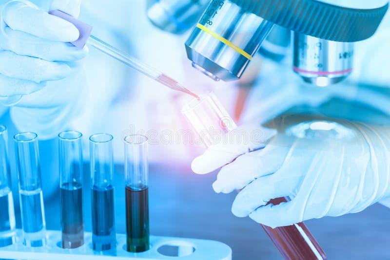 Vrouwelijke medische of wetenschappelijke onderzoeker die reageerbuis op arbeid met behulp van royalty-vrije stock afbeelding