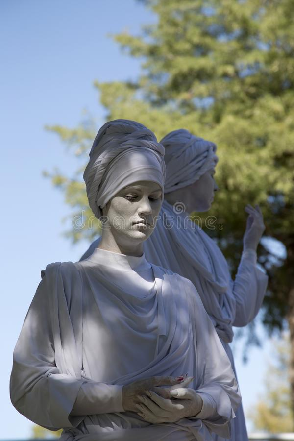 Vrouwelijke menselijke beeldhouwwerken die tulbanden in het park dragen royalty-vrije stock foto's