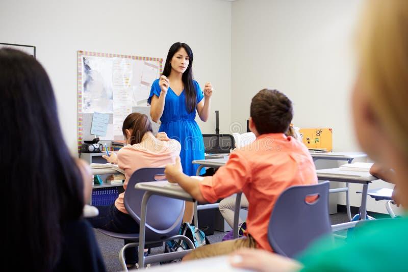 Vrouwelijke Middelbare schoolleraar Taking Class royalty-vrije stock fotografie