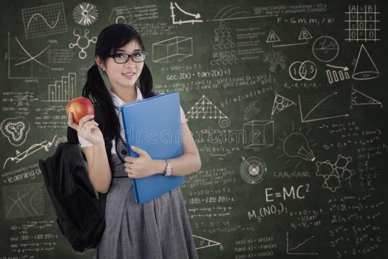 Vrouwelijke middelbare schoolstudent bij klasse stock afbeeldingen