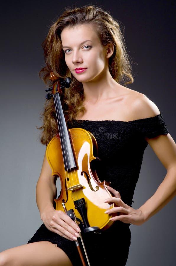 Vrouwelijke muzikale speler tegen donkere achtergrond royalty-vrije stock foto's