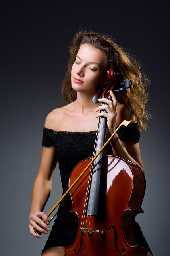 Vrouwelijke muzikale speler tegen donkere achtergrond royalty-vrije stock foto