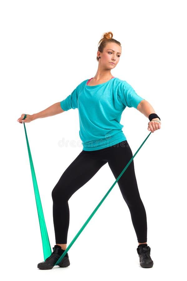 Vrouwelijke Oefening met de Banden van de Latexrek royalty-vrije stock afbeelding