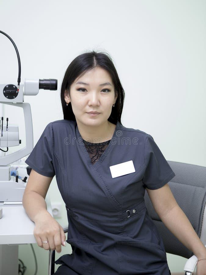 Vrouwelijke oftalmoloog op het werk stock afbeeldingen