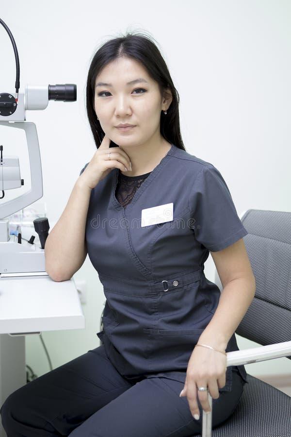 Vrouwelijke oftalmoloog op het werk royalty-vrije stock foto's