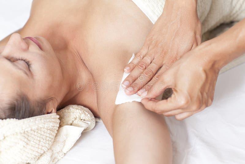 Vrouwelijke okselontharing in een schoonheidssalon royalty-vrije stock foto