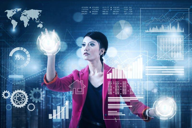 Vrouwelijke ondernemer die aan het virtuele scherm werken stock foto's