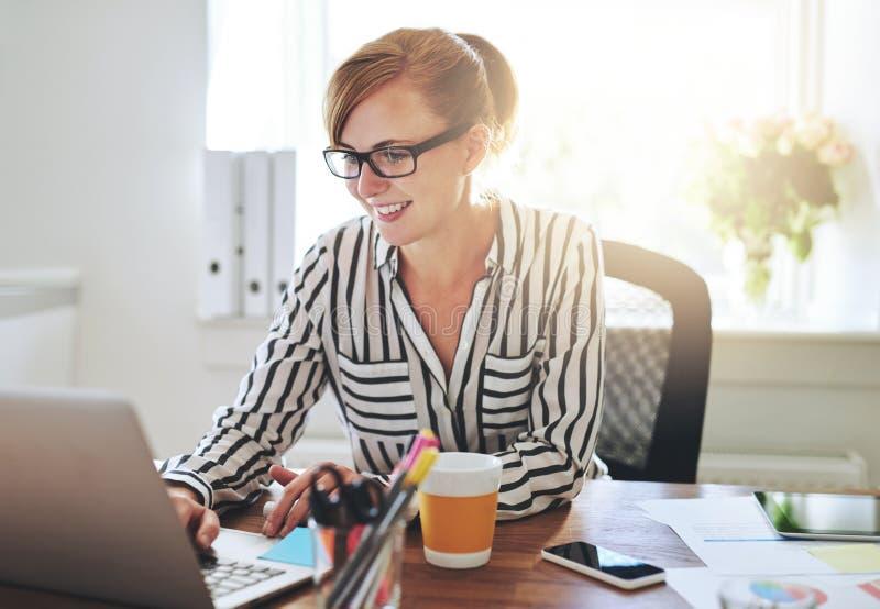 Vrouwelijke ondernemer die bij het haar e-business werken royalty-vrije stock foto's
