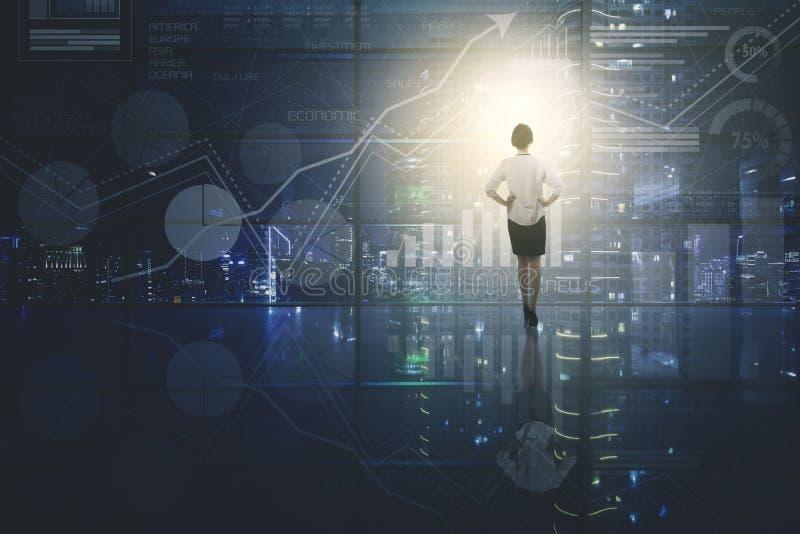 Vrouwelijke ondernemer die de groeigrafiek bekijken royalty-vrije stock foto