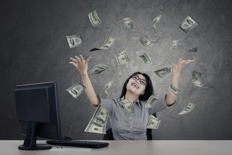 Vrouwelijke ondernemer die geld kijken royalty-vrije stock foto's