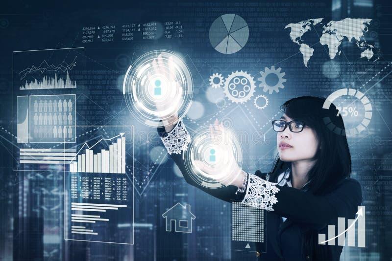 Vrouwelijke ondernemer die met het virtuele scherm werken stock afbeeldingen