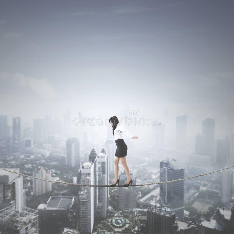 Vrouwelijke ondernemer die op een kabel lopen royalty-vrije stock foto