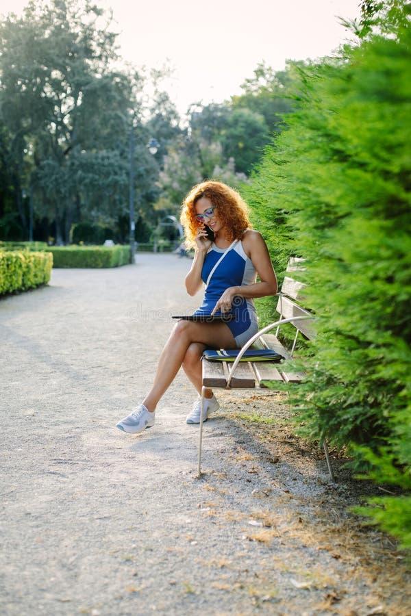 Vrouwelijke ondernemer op bedrijfstelefoongesprek stock foto