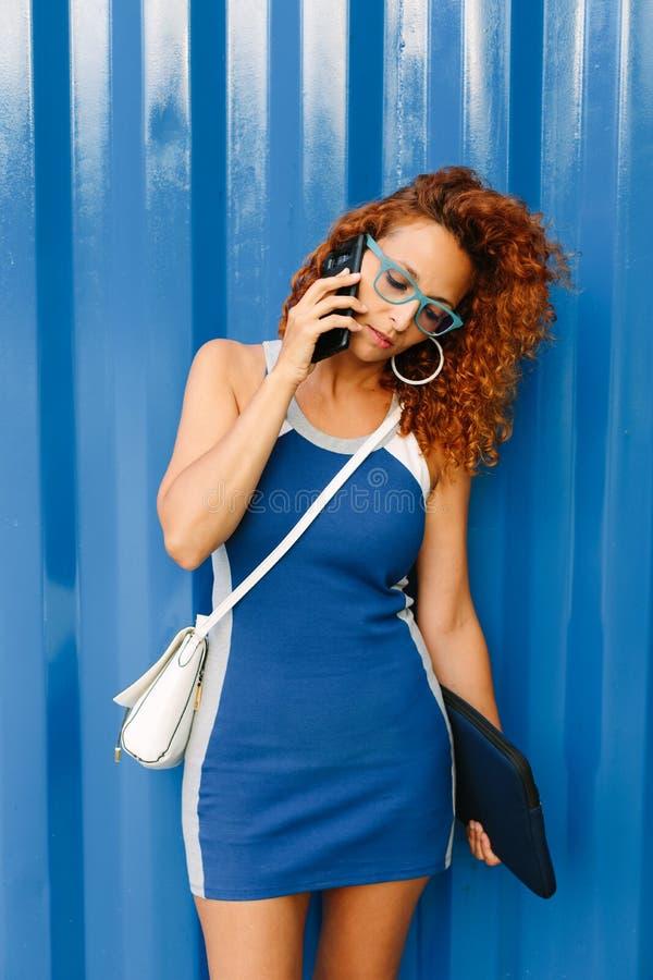 Vrouwelijke ondernemer op bedrijfstelefoongesprek buiten royalty-vrije stock afbeelding