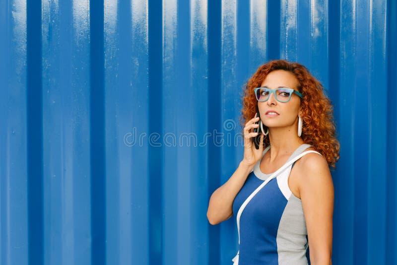 Vrouwelijke ondernemer op bedrijfstelefoongesprek buiten royalty-vrije stock foto's