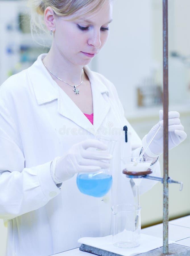 Vrouwelijke onderzoeker die titratie uitvoert royalty-vrije stock foto