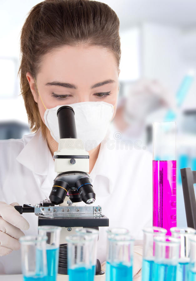 Vrouwelijke onderzoeker in laboratorium royalty-vrije stock foto