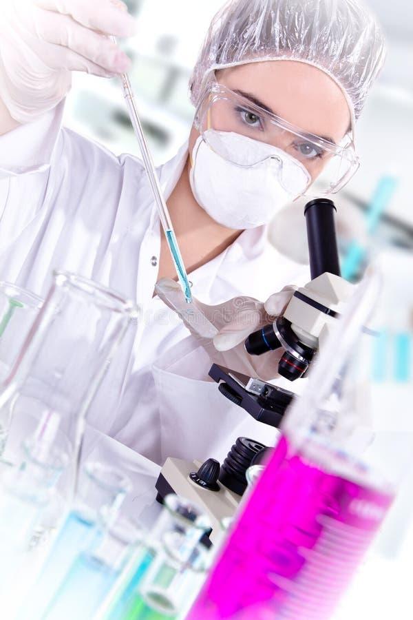 Vrouwelijke onderzoeker in laboratorium royalty-vrije stock afbeeldingen
