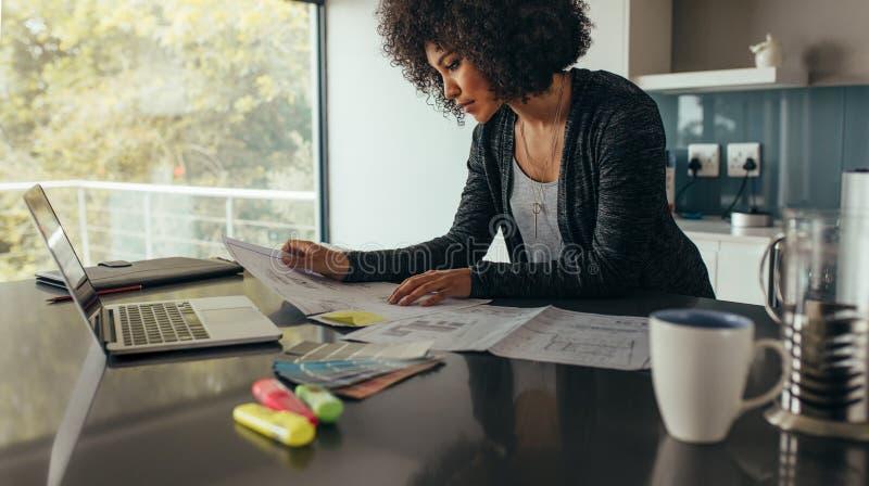 Vrouwelijke ontwerper die thuis bureau werken aan nieuwe ideeën royalty-vrije stock foto's