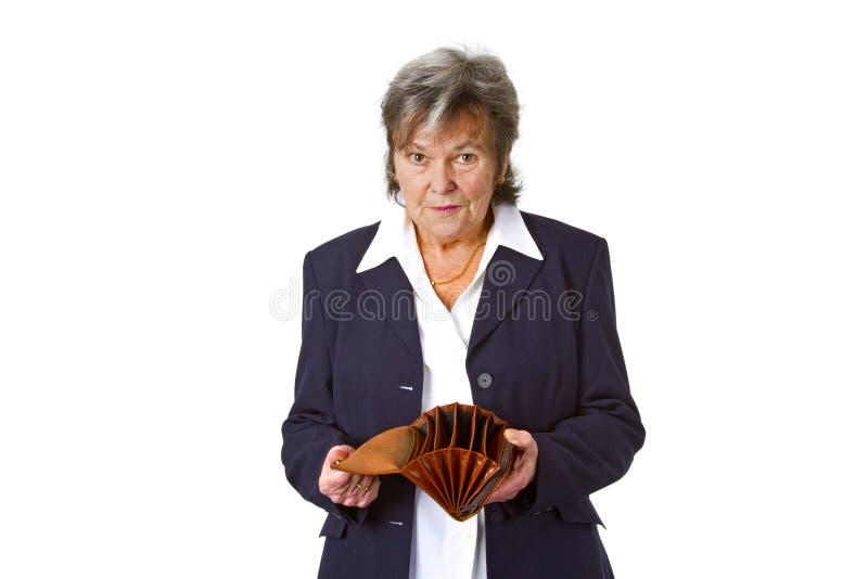 Vrouwelijke oudste die lege portefeuille toont stock fotografie