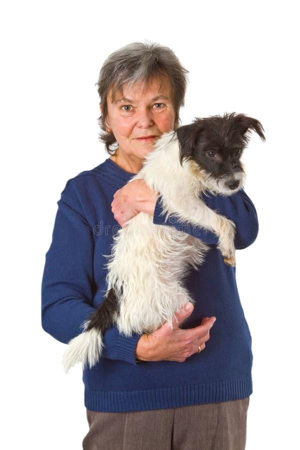 Vrouwelijke oudste met puppy stock fotografie