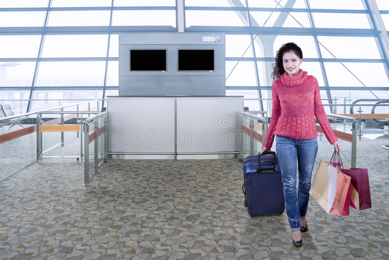 Vrouwelijke passagier in de luchthaven royalty-vrije stock afbeelding