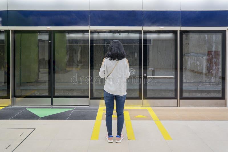 Vrouwelijke passagier die MRT van Djakarta in post wachten royalty-vrije stock foto