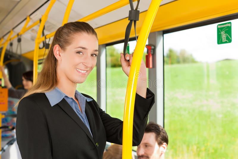 Vrouwelijke passagier in een bus royalty-vrije stock fotografie