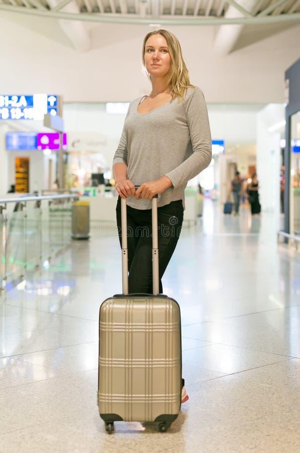 Vrouwelijke passagier met reiszak stock afbeeldingen