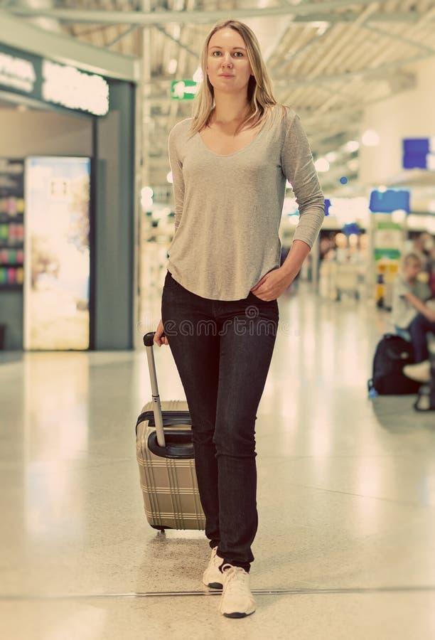 Vrouwelijke passagier met reiszak royalty-vrije stock afbeeldingen