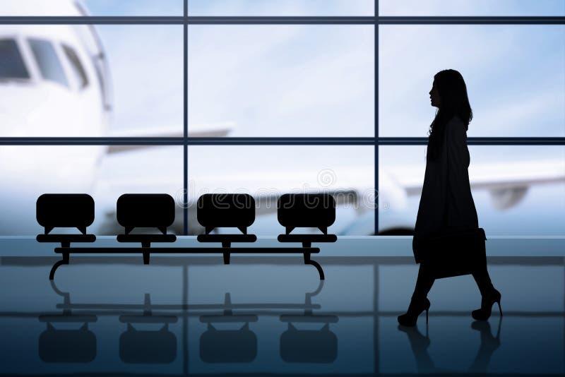 Vrouwelijke passagiersgangen in luchthaven stock fotografie