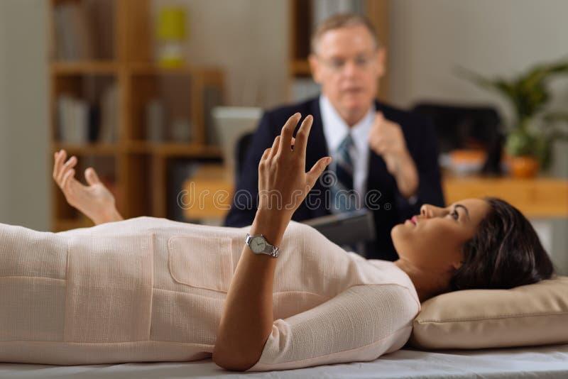 Vrouwelijke patiënt die problemen beschrijven stock fotografie