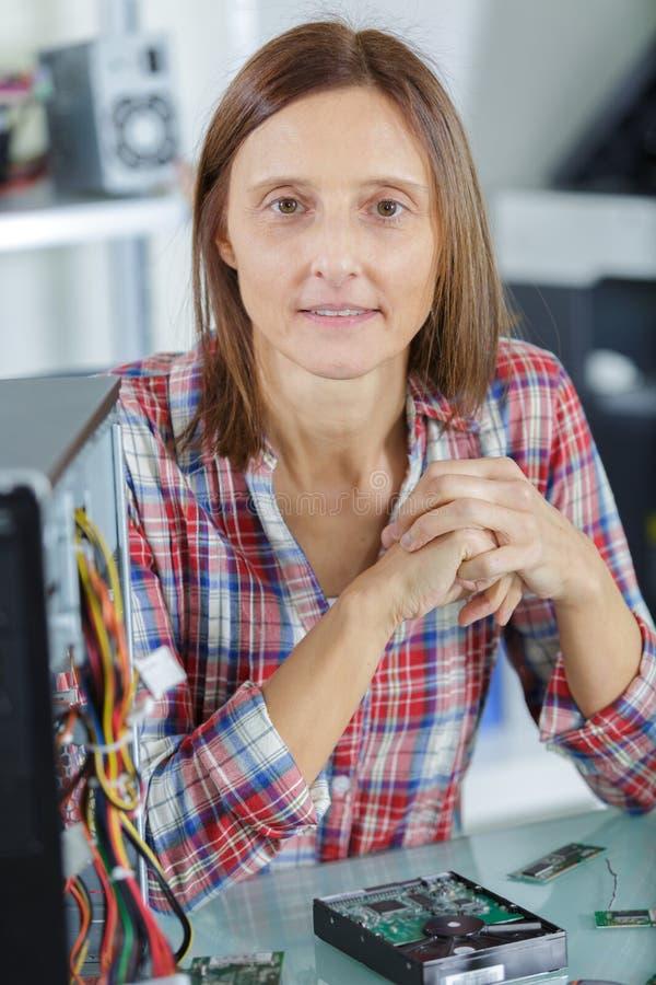 Vrouwelijke PC-technicus die camera bekijkt stock foto
