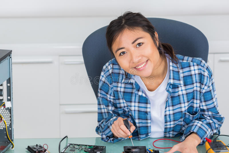 Vrouwelijke PC-technicus die gedemonteerde bureaucomputer bevestigen royalty-vrije stock afbeeldingen