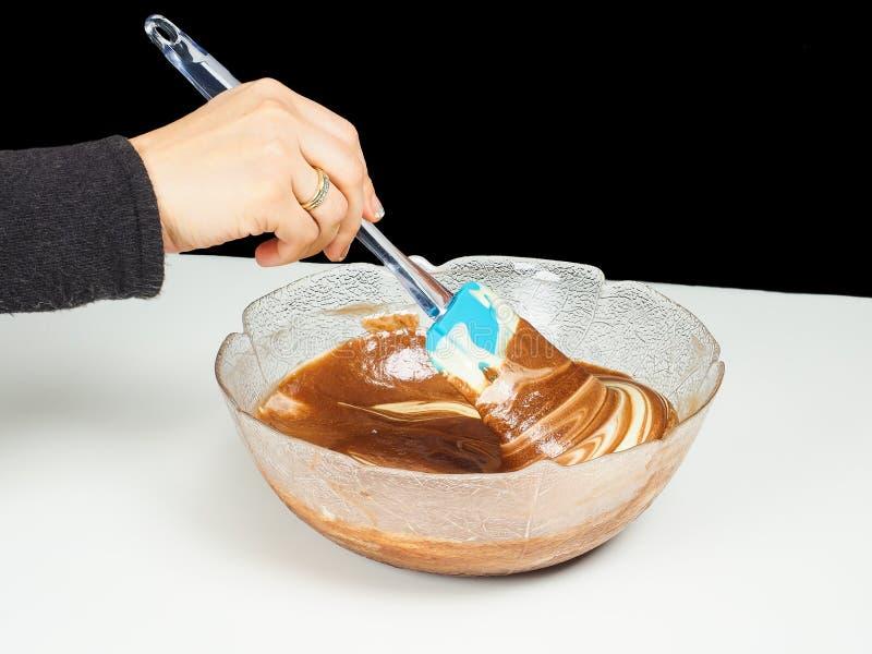 Vrouwelijke persoon het mengen chocolade zacht met gogl-Mogl royalty-vrije stock fotografie
