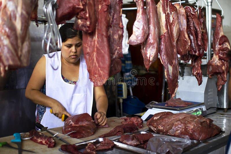 Vrouwelijke Peruviaanse slager bij een voedselmarkt royalty-vrije stock fotografie