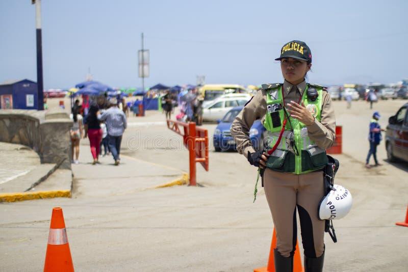 Vrouwelijke Peruviaanse verkeerspolitieman in Costa Verde stock afbeeldingen