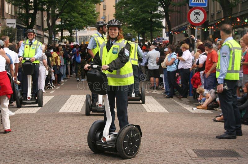 Vrouwelijke politieman op Segway stock fotografie