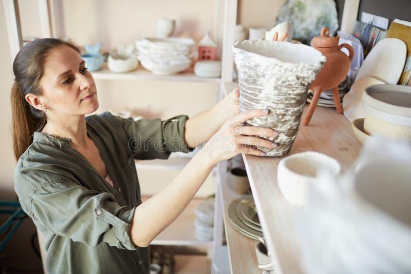 Vrouwelijke Pottenbakker in Bergruimte royalty-vrije stock foto